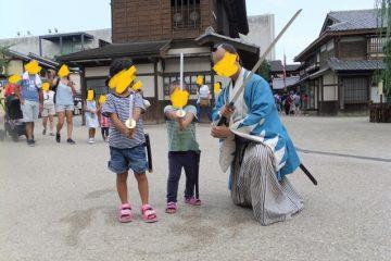 東映太秦映画村ではお侍さんと記念撮影できるでの、子どもたちも大喜びです。