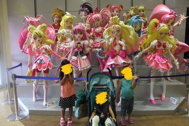 太秦映画村のアニメキャラや戦隊ヒーローが展示されていて、ショーやイベントも楽しめます。