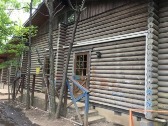 川崎市立子ども夢パークではログハウスでのんびり休憩できます。