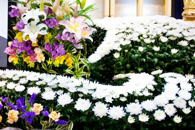 お葬式のお花はその本数によって、かなり値段が違ってきます。