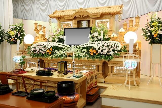 葬儀の祭壇を豪華にするには、何百万円という金額が必要となります。